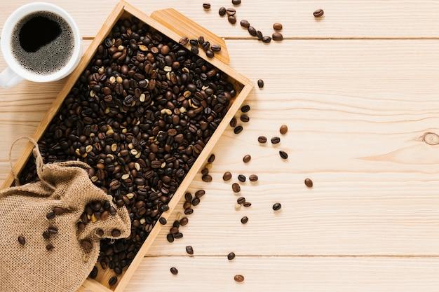 Plat leggen van houten dienblad met koffiebonen
