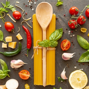 Plat leggen van houten lepel en ingrediënten