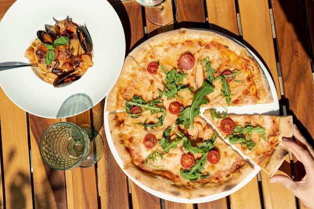 Plat leggen van italiaans eten op houten achtergrond