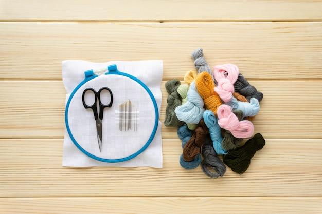 Plat leggen van items om te borduren.