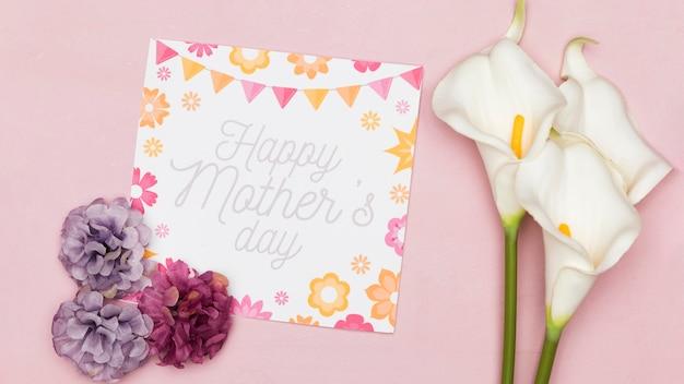 Plat leggen van kaart voor moederdag met bloemen
