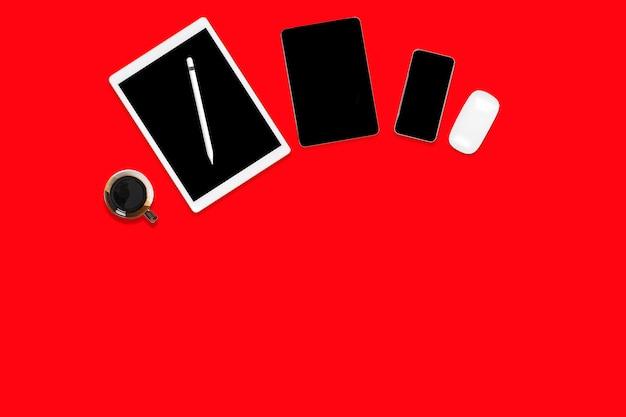 Plat leggen van kantoor tafel met digitale tablet, mobiele telefoon en accessoires.