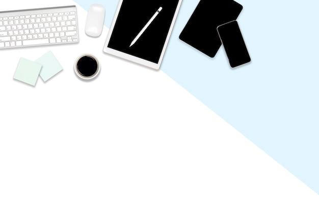 Plat leggen van kantoor tafel met laptop, digitale tablet, mobiele telefoon en accessoires.