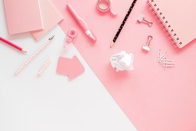 Plat leggen van kantoorbenodigdheden met paperclips en notebook