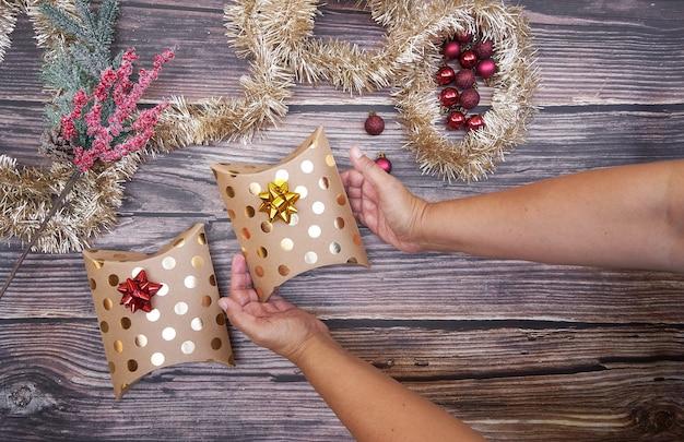 Plat leggen van kerstdozen op een houten bord