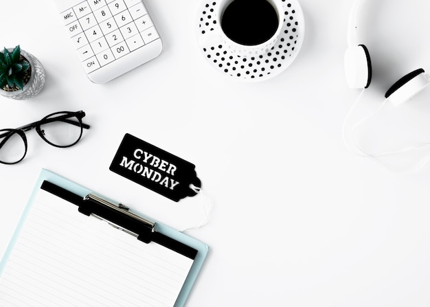 Plat leggen van kladblok met koffie en cyber maandag-tag