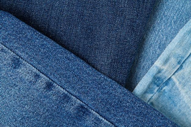 Plat leggen van klassieke blauwe spijkerbroek. stedelijke outfit, essentiële basisgarderobe, winkelconcept. bovenaanzicht. abstracte muur