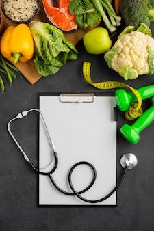 Plat leggen van klembord en groenten