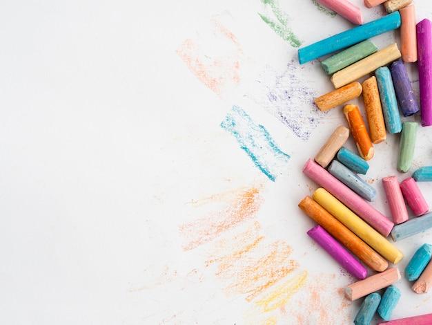 Plat leggen van kleurrijk krijt met kopie ruimte