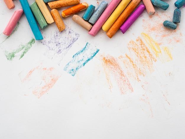 Plat leggen van kleurrijk krijt