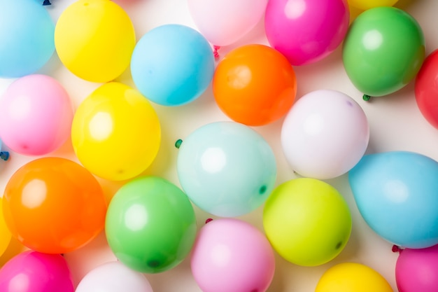 Plat leggen van kleurrijke ballonnen