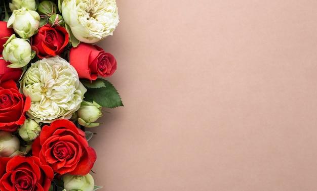 Plat leggen van kleurrijke bloemen met kopieerruimte