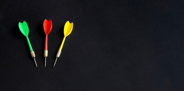 Plat leggen van kleurrijke darts met kopie ruimte