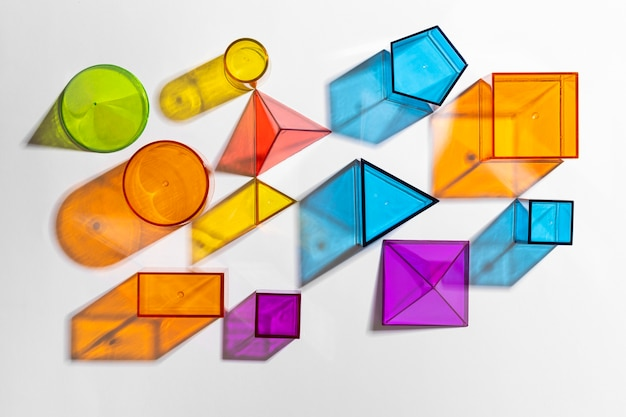 Plat leggen van kleurrijke doorschijnende vormen