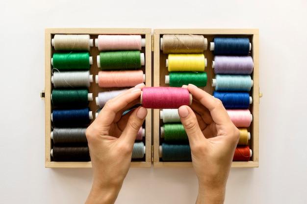 Plat leggen van kleurrijke draadrollen