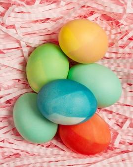 Plat leggen van kleurrijke eieren voor pasen