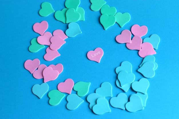 Plat leggen van kleurrijke harten op blauw