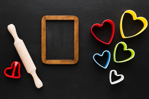 Plat leggen van kleurrijke hartvormen met deegrol