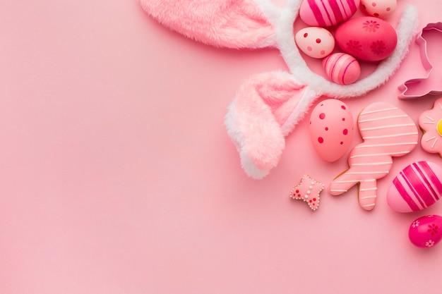 Plat leggen van kleurrijke paaseieren met kopie ruimte en konijnenoren