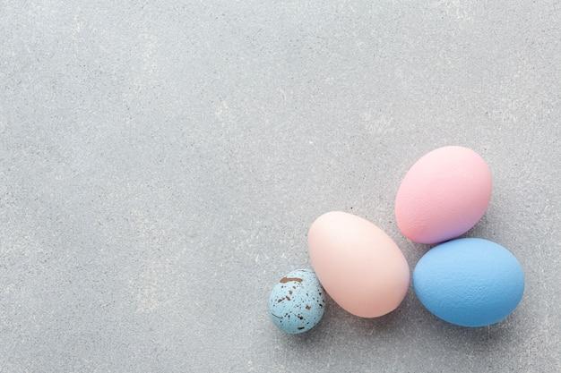 Plat leggen van kleurrijke paaseieren met kopie ruimte