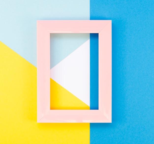 Plat leggen van kleurrijke papiergeometrie met eenvoudig frame