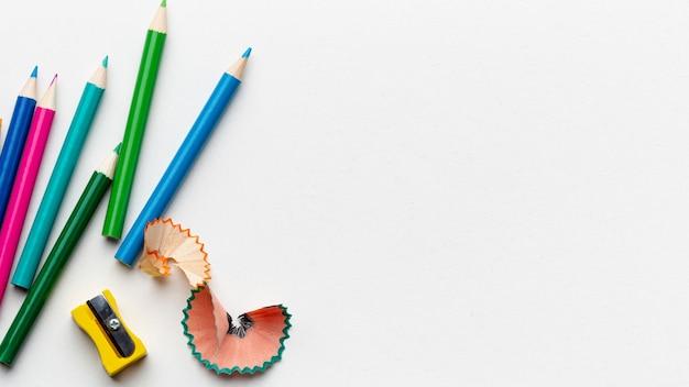 Plat leggen van kleurrijke potloden met kopie ruimte
