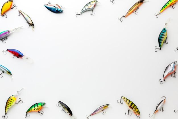 Plat leggen van kleurrijke vis aas