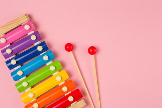 Plat leggen van kleurrijke xylofoon voor baby shower