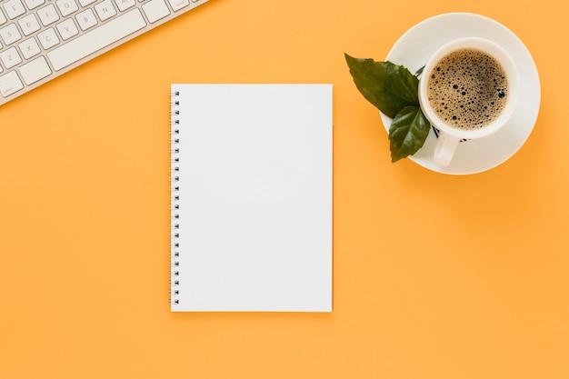 Plat leggen van koffiekopje en laptop