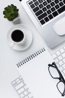 Plat leggen van laptop met bril en laptop op het bureau