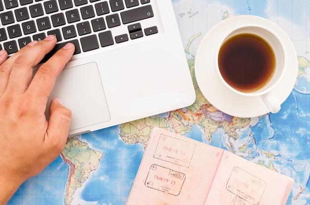 Plat leggen van laptop met paspoort