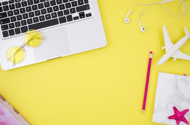 Plat leggen van laptop op gele achtergrond