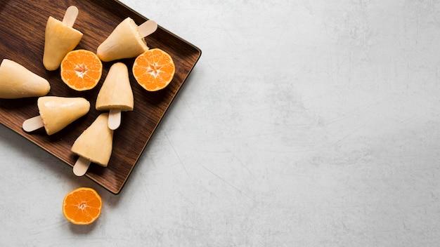 Plat leggen van lekkere ijslollys met kopie ruimte en fruit