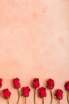 Plat leggen van lente rozen met kopie ruimte