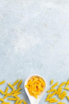 Plat leggen van lepel met pasta