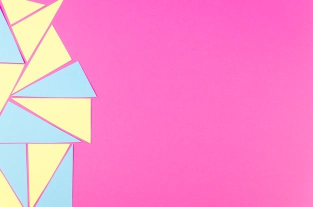 Plat leggen van levendige papieren driehoeken met kopie ruimte