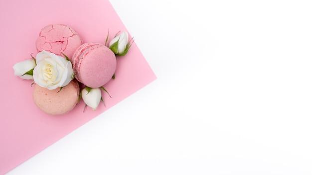 Plat leggen van macarons en rozen met kopie ruimte