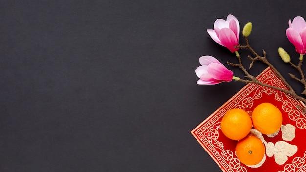 Plat leggen van magnolia en mandarijnen nieuw chinees jaar