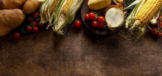 Plat leggen van maïs met aardappelen en tomaten