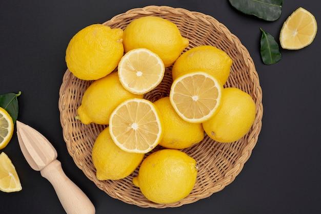 Plat leggen van mand met citroenen en pers