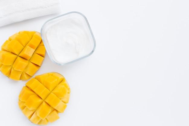 Plat leggen van mango en body butter met kopie ruimte