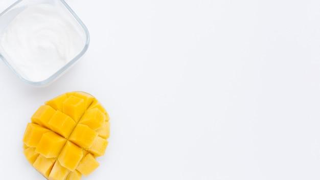 Plat leggen van mango en body butter op plai bakground met kopie ruimte