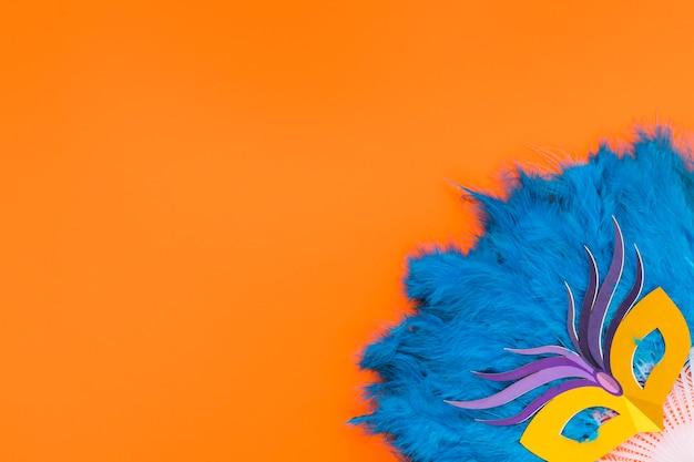 Plat leggen van masker op veren fan met kopie ruimte