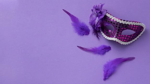 Plat leggen van masker voor carnaval met veren en kopie ruimte