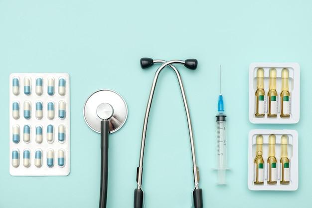 Plat leggen van medische hulpmiddelen op gekleurde achtergrond