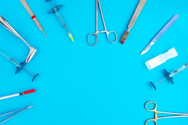 Plat leggen van medische instrumenten op blauwe achtergrond. bespotten van gezondheidszorg medische achtergrond.