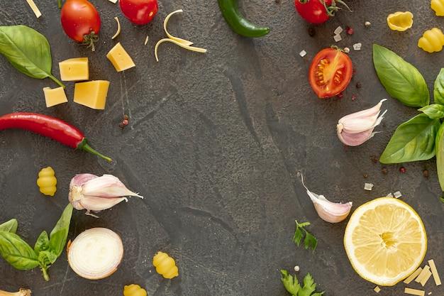 Plat leggen van mediterrane ingrediënten met kopie ruimte