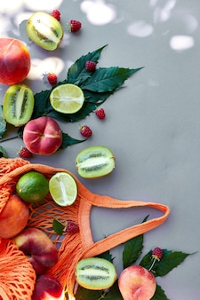 Plat leggen van milieuvriendelijke mesh boodschappentas met fruit