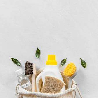 Plat leggen van milieuvriendelijke schoonmaakproducten collectie met kopie ruimte en borstels