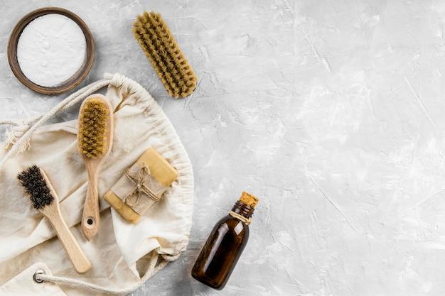 Plat leggen van milieuvriendelijke schoonmaakproducten met selectie van borstels en kopieerruimte